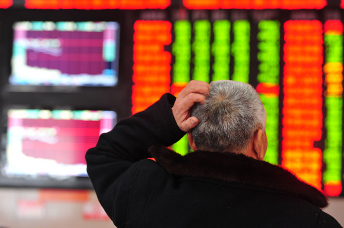 A man at a securities company in Fuyang, Anhui province, watches stock market changes on Friday. The Shanghai Composite Index fell 0.6% to 3140.17 points on Friday, the first trading day after the Chinese New Year holiday. Photo: CFP