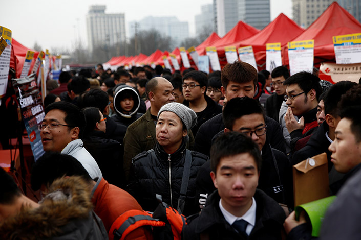 Job-seekers attend an open-air job fair in the center of Shijiazhuang, Hebei province, on Feb.6. The Chinese government aims to create more than 50 million jobs from 2016 to 2020 and keep the urban unemployment rate under 5%. Photo:Visual China