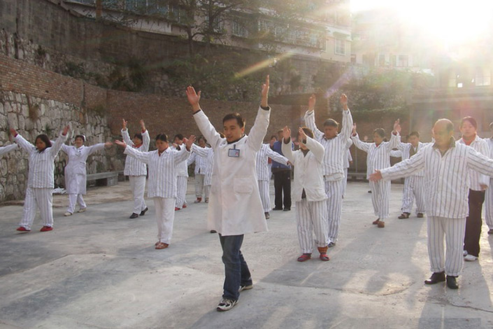 Doctors and mental patients perform morning exercises recently at Guihang 300 Hospital in Guiyang, Guizhou province. Five psychiatrists had 64 mental patients transferred from the debt-ridden hospital to a private clinic on Saturday. Photo: Guihang 300 Hospital