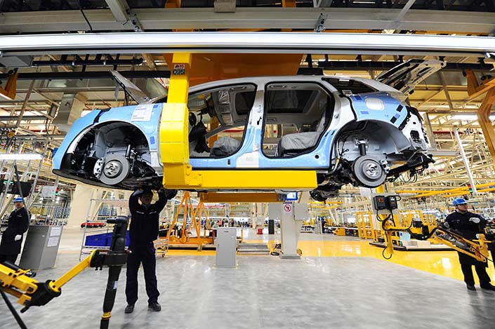 Workers assemble a Changan Ford car in a factory in Hangzhou, Zhejiang province, on March 24, 2015. Sales of General Motors Co. and Ford Motor Co. vehicles tumbled in January by 24% and 32% respectively from the same month last year, a drop attributed to the early Lunar New Year holiday and the end of tax incentives for some vehicles. Photo: Visual China