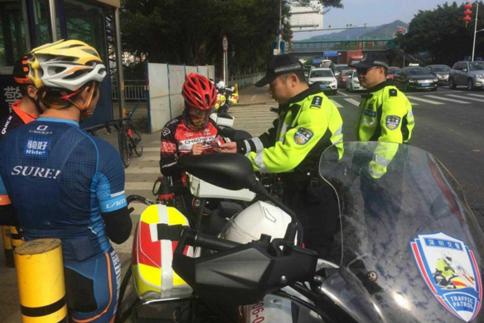 Shenzhen traffic police reprimand cyclists on Feb. 9. Cyclists in Guangdong province face 50-yuan fines for riding in lanes reserved for motor vehicles. Photo: Sina Weibo via Shenzhen traffic police