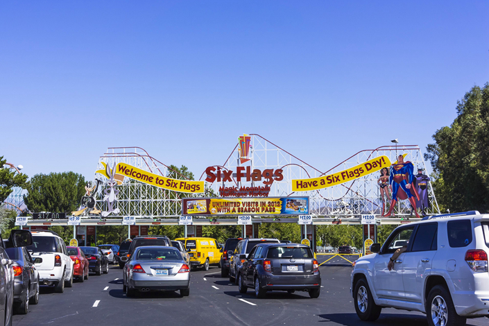 Automobiles line up at the entrance to the Six Flags Magic Mountain resort in Los Angeles. Six Flags Entertainment Corp. plans to open its second Chinese theme park in Chongqing. Photo: IC