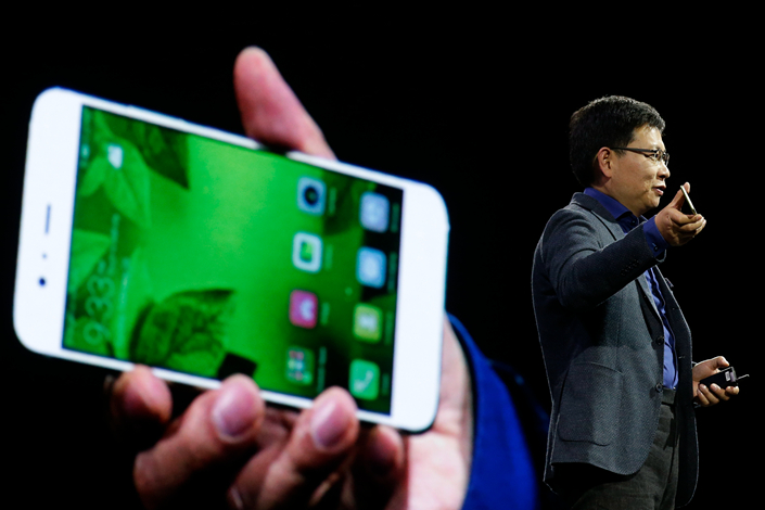 Richard Yu, CEO of Huawei Technologies Co.'s consumer devices division, presents his company's new P10 Plus at the Mobile World Congress in Barcelona, Spain, on Sunday. Photo: IC