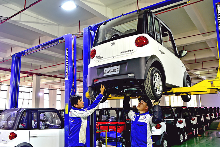 Workers assemble electric cars at an auto plant in Chuzhou, Anhui province, on Dec. 3. The Chinese government plans to adjust its quotas for automakers' new-energy cars, a move that follows complaints from German automakers that recently introduced standards are too draconian. Photo: IC