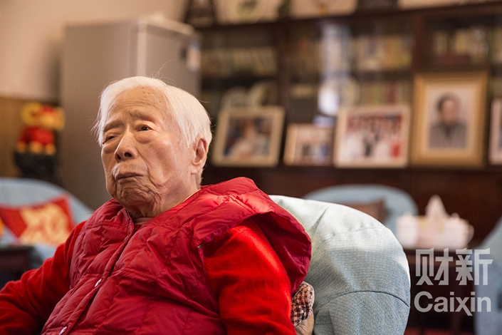 Li Zhao, the widow of former Communist Party Central Committee General Secretary Hu Yaobang, attends a party to mark her 94th birthday on Dec. 20, 2015. Li died Saturday at age 95. Photo: Wan Jia/Caixin