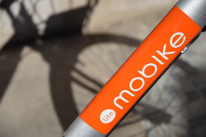 Beijing Mobike Technology Co. Ltd., China's largest bike-sharing company, has been sued by digital lock technology developer Lingling Kaimen, which accuses Mobike of stealing its cellphone-lock technology. Photo: Ma Minhui/Caixin