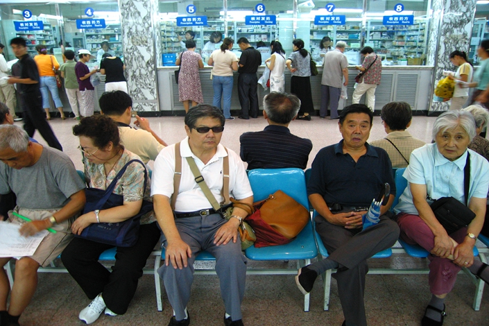People line up to pay in a hospital in Beijing in August 2005. Beijing municipal officials have introduced new rules on hospital billing, banning the markup of prescription drug prices and the imposition of consulting fees on patients. Photo: IC