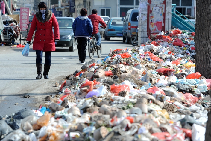 Garbage litters a roadside in Beijing in March 2011. A study at the Renmin University of China said that incinerating unsorted garbage in the city will end up costing 28 billion yuan in health care costs. Photo: IC