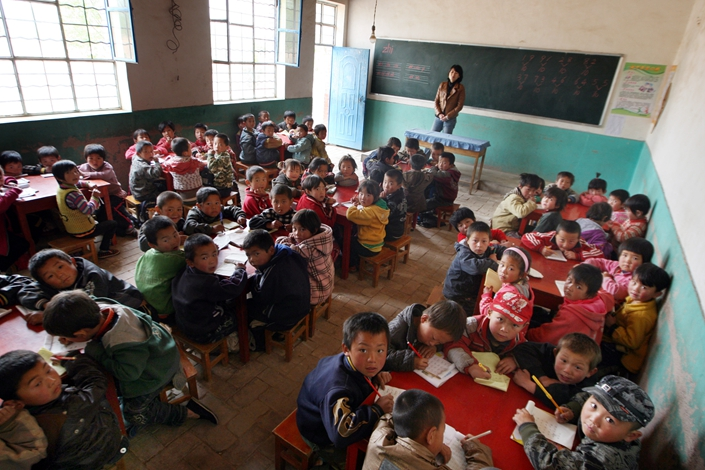 Young students are crowded in a shabby classroom at a primary school in a poverty-stricken area of Xihaigu, the Ningxia region, on May 9, 2011. A deadly stampede at a county primary school in central Hunan province shed light on the continuing problem and dangers of overcrowding at many of China's public schools.Photo: IC