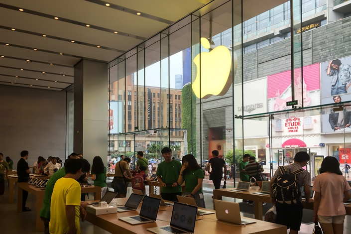 Customers shop at an Apple Store in Shanghai, China, on June 22.The Beijing intellectual property court has dismissed accusations by a Shenzhen firm that Apple Inc.'s iPhone 6 violated external-design copyrights. Photo: IC