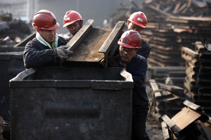 Miners move coal to a transport vehicle in Huaibei, Anhui province, in December 2015. Profits of Chinese industrial companies spiked 31.5% year-on-year in the first two months of 2017. Photo:Visual China