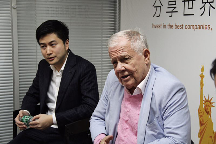 Wu Tianhua (left), CEO of online brokerage Tiger Brokers, poses with American investor Jim Rogers on Wednesday. Rogers announced he was investing in Tiger Brokers, the first time he has invested in a Chinese startup. Photo: Tiger Brokers