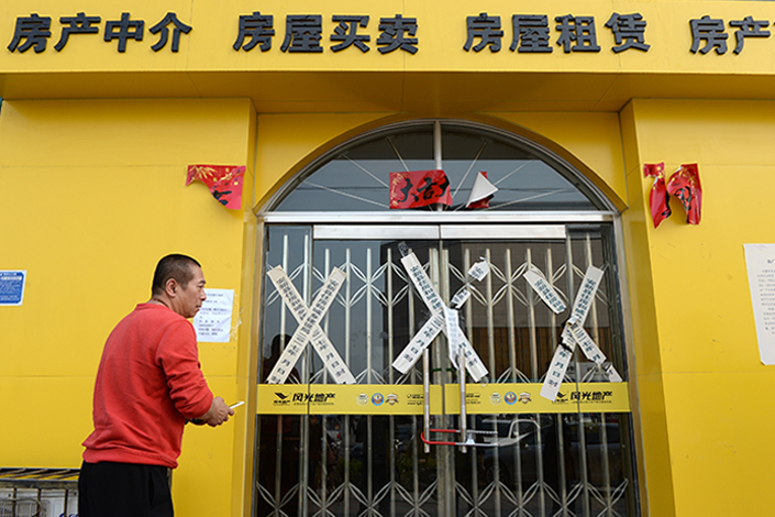 A local man looks at the closed sales center of a real estate project in Anxin county, part of the newly announced Xiongan New Area, in Hebei province, on Sunday. Authorities are cracking down on housing speculation in the three-county area in Hubei that has erupted since the national new area was announced over the weekend. Photo: IC