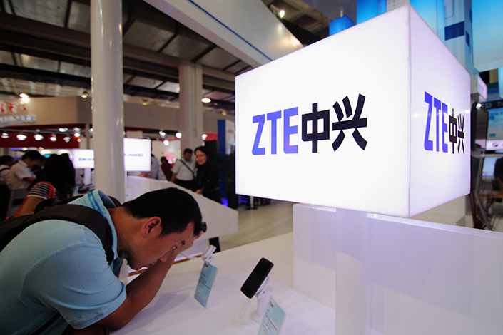 Visitors try out ZTE smartphones during an exposition in Beijing, China, on Sept.18, 2012. Zeng Xuezhong, executive vice president of ZTE's mobile phone division, has resigned. Photo: IC