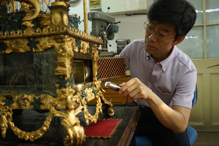 Wang Jin, a craftsman at the Forbidden City, restores a clock which used to belong to Emperor Qianlong (1711-1799). Photo: IC