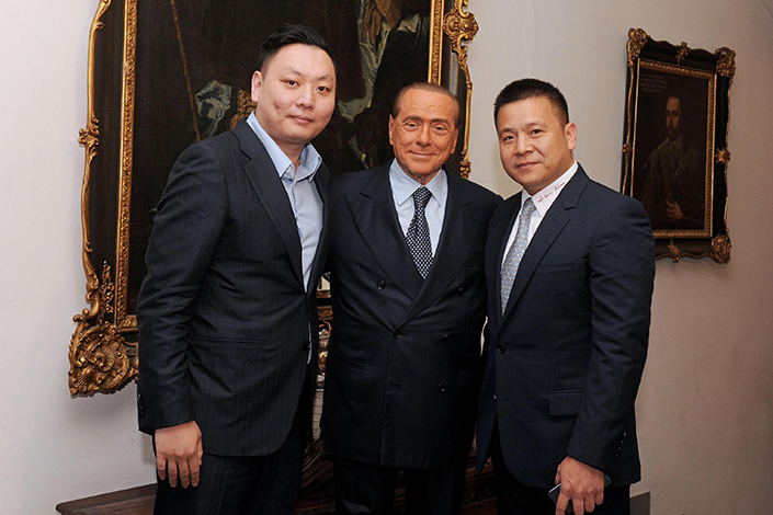 Li Han (left) and Li Yonghong (right) pose with Silvio Berlusconi in his home in Arcore, Italy, on April 13, 2017. Photo: IC
