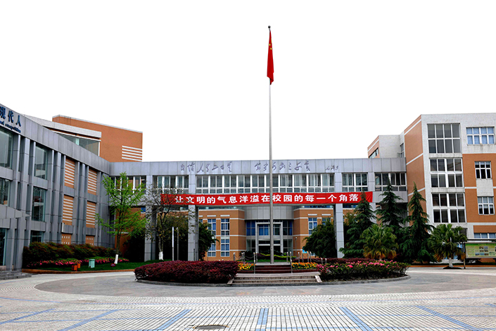 Chengdu No. 7 Experimental Middle School, in Chengdu, Sichuan province, China, on April 9, 2009. Photo: IC