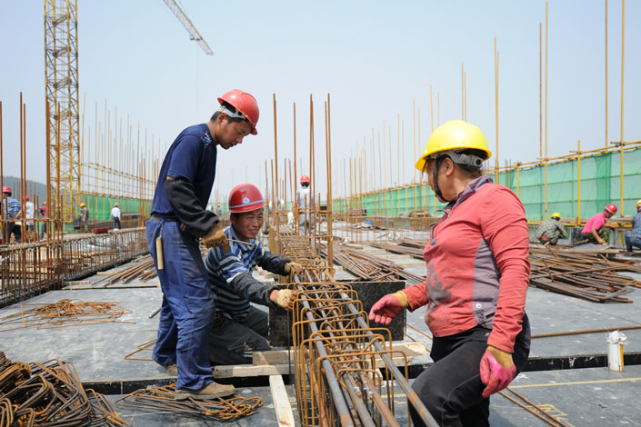 A recent official report indicates that the number of rural migrant workers working locally has risen by 26% over the past seven years.  Photo: Visual China