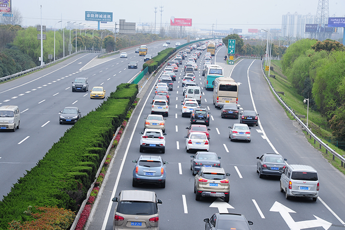 Cars are seen on an overpass in Suzhou, Jiangsu province, China, on April 4. China recently announced it will relax foreign investment restrictions in key sectors including automobile manufacturing. Photo: Visual China