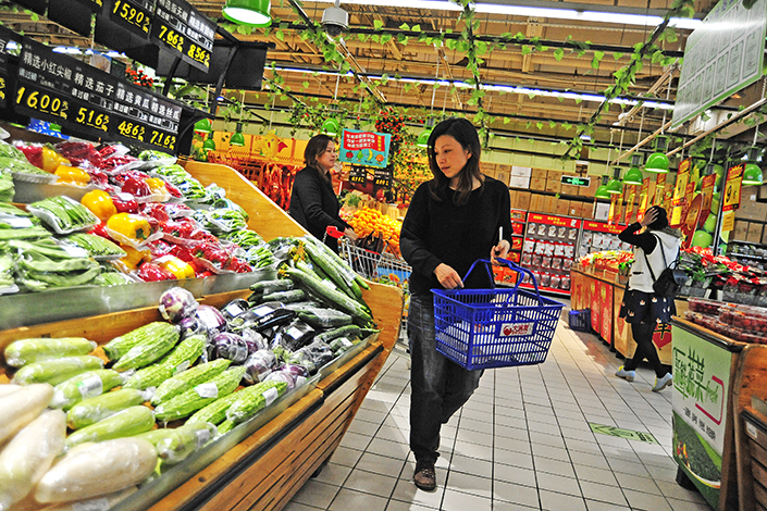 Shoppers buy vegetables at a supermarket in Nanjing. Chinese retailers reported 181 billion yuan in losses due to worker theft, shoplifting and corruption in 2016. Photo: Visual China