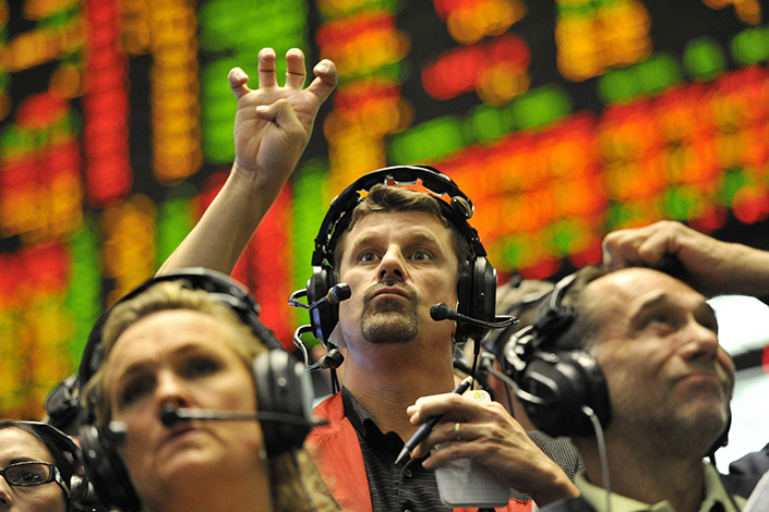 A trader signals in the Eurodollar futures pit on the trading floor in Chicago, on Sep. 21, 2011. Photo: Visual China