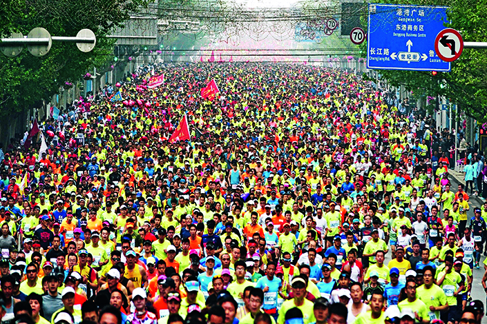 Running has become increasingly popular in China, as the number of marathons and other running competitions registered in the country has jumped from 39 in 2013 to 328 in 2016. Above, 29,613 runners participated in the 30th Dalian International Marathon on May 13.  Photo: Visual China