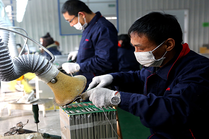 China's power-battery industry, which creates rechargeable batteries for electric cars, faces a serious threat of overcapacity, the president of a leading manufacturer said Wednesday. Above, workers construct car batteries in Nantong, Jiangsu province, on Dec. 19.  Photo: IC