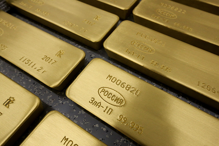 One of Russia's largest banks is encouraging Chinese lenders to buy gold bars directly from it instead of going through third-party gold exchanges — but Chinese banks are not on board. Above, gold bars are seen at the Krastsvetmet nonferrous metals plant in Krasnoyarsk, Russia, on March 3.   Photo: Visual China