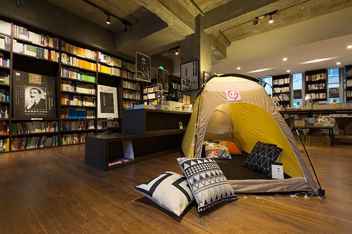 Home-sharing firm Xiaozhu operates a special project for users to stay in bookstores in Beijing. The firm has been in talks with rival letting service Airbnb. Photo: Xiaozhu
