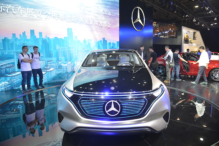 Daimler AG has announced it will build an electric-vehicle battery plant in China, part of a broader agreement that will see Daimler and BAIC Motor Co. Ltd. spend 5 billion yuan to produce electric vehicles under Daimler's Mercedes-Benz brand. Above, a Mercedes-Benz electric vehicle is displayed during a car exhibition in Guangzhou, Guangdong province, on Nov. 18. Photo: IC