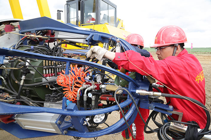 Technicians run tests on the first welded junction of the Sino-Russian natural gas pipeline in June 2015 in Heihe, Heilongjiang province. Photo: Visual China