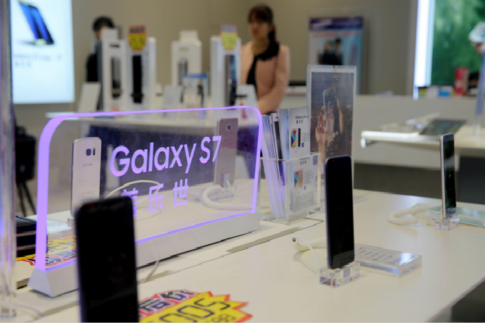 Despite slipping sales in China, Samsung is showing it hasn't given up on the market, launching the new, high-end S8 smartphone in the country on May 18. Above, a Samsung store in Sanmenxia, Henan province, promotes the then-new Galaxy S7 smartphone on Oct. 21, 2016. Photo: IC