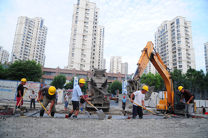 China's gross domestic product expanded 6.9% year-on-year in the second quarter, the National Bureau of Statistics (NBS) said Monday. Above, a construction crew starts work early on Thursday in Suzhou, Jiangsu province. Photo: IC