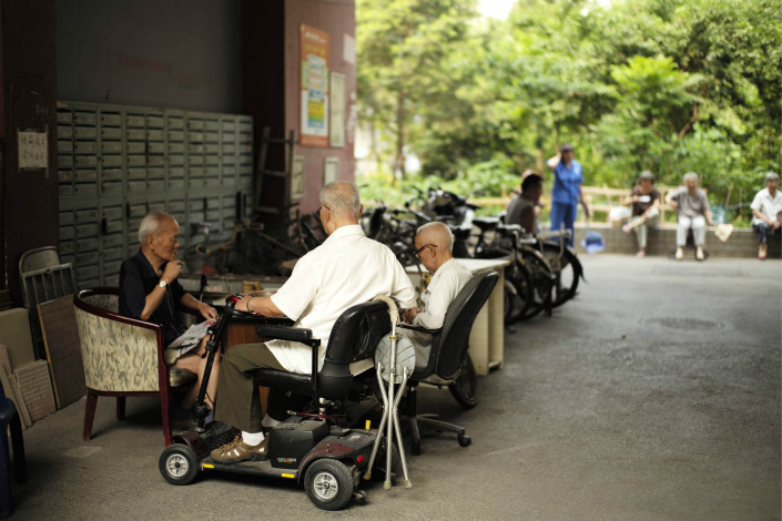 While China has issued new guideline to hasten the development of pension-related products and services offered by commercial insurers, many experts say workers still don't have enough incentives to purchase such products. Photo: Visual China
