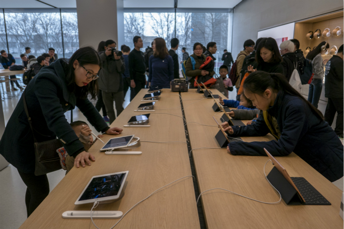 Apple said it was compelled to pull some VPN apps from its app store in China because the VPN operators had not obtained a license that the government recently began requiring. Customers shop at an Apple retail store in Nanjing on March 25. Photo: IC
