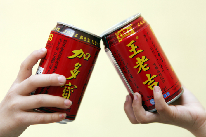 The Supreme People's Court has ruled that JDB Group's Jiaduobao tea (left) can use the distinctive red can and gold lettering that resembles that of Wanglaoji (right), the century-old brand owned by Guangzhou Pharmaceutical Group, with which JDB once had a licensing agreement. Photo: Visual China