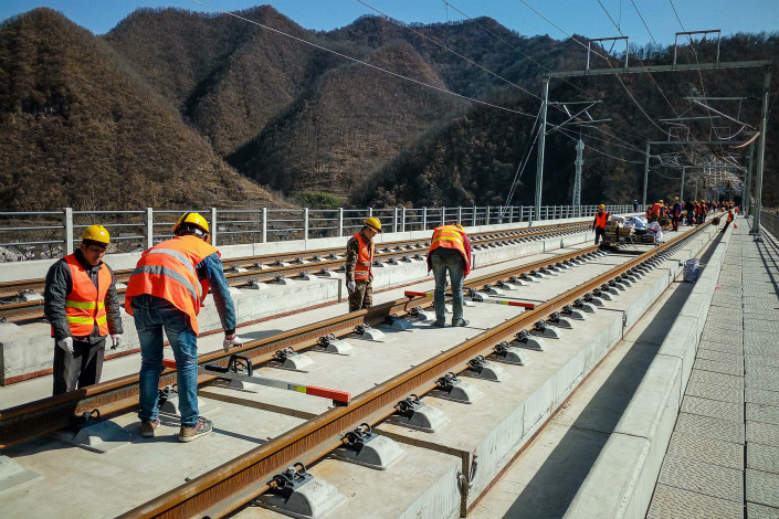 The Chinese Embassy in Thailand has announced that construction work on a high-speed railway linking China and Thailand is slated to begin as soon as October, once the two countries sign two contracts that cover design and supervision expenses. Above, a group of migrant workers from Hebei province work on a high-speed rail project in Baolan, Shaanxi province. Photo: IC