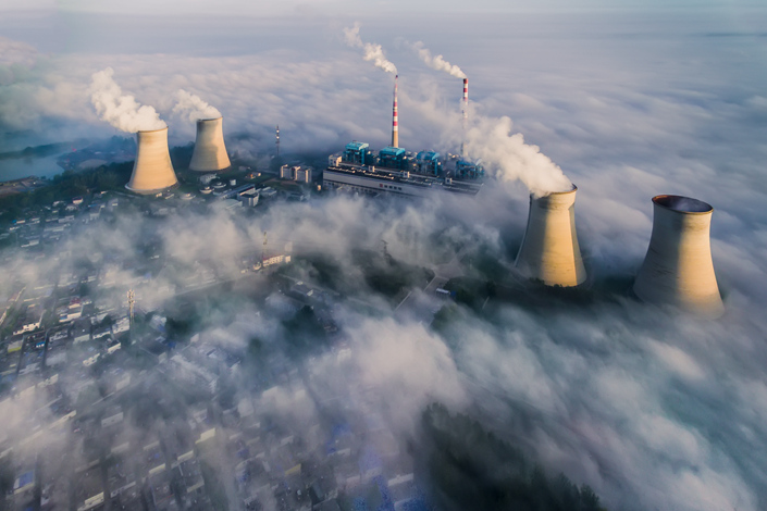 China's National Energy Administration (NEA) has demanded that power companies eliminate 100 outdated coal-fired power plants with a total of 4.72 million kilowatts of installed capacity. Above, smoke billows from Jiangsu Xutang Power Plant, a coal-fired facility in Jiangsu province, on Sept. 1. Photo: Visual China
