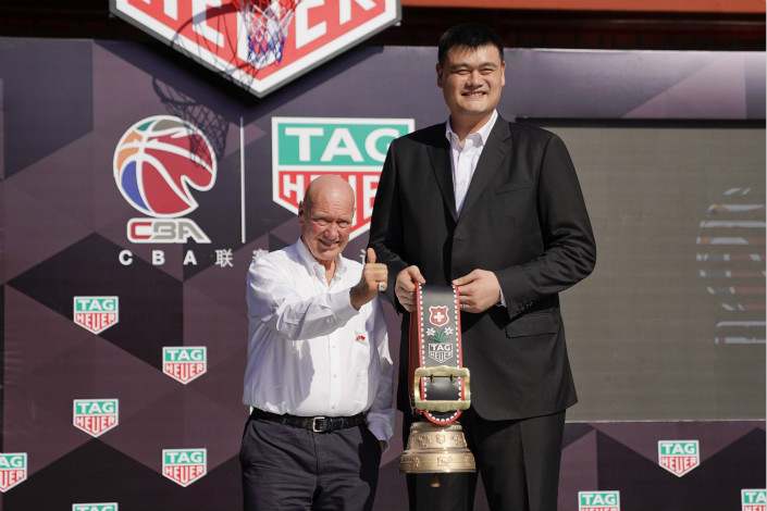 TAG Heuer CEO Jean-Claude Biver and Chinese Basketball Association President Yao Ming exchange gifts Monday at a ceremony to announce a new deal in which the watchmaker will again become the league's official timekeeper. Photo: Visual China