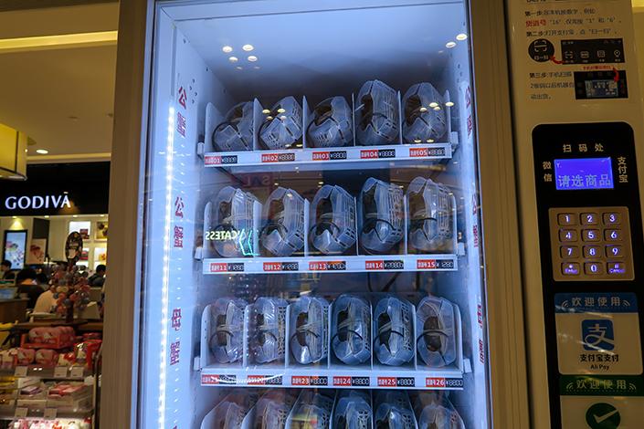 The Alibaba vending machine controls its internal temperature and humidity to mimic the crabs' natural environment.  Photo: Visual China