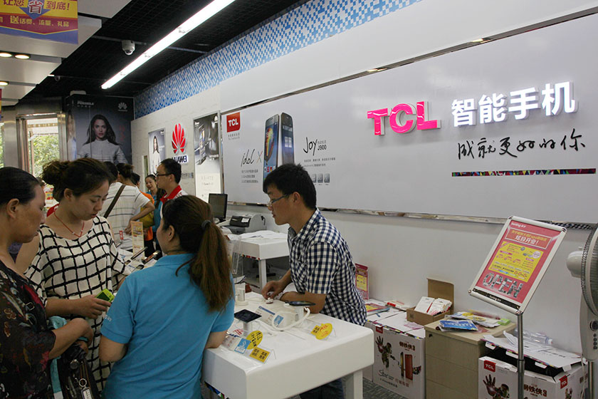 "TCL Chairman Li Dongsheng said that smartphones are a cruicial part of the firm's broader interests,  saying that ""even though the business is losing money, we are constantly looking for a balance, and thus the communications business is something we can't give up."" Photo: Visual China"