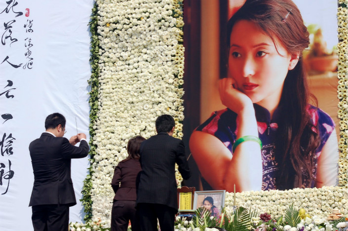 Fans pay their respects on the first anniversary of the death of actress Chen Xiaoxu in Beijing on May 13, 2008. Chen's poetry, written while she was suffering from breast cancer, has since been widely shared on online patient forums in China as a way of coping with illness through art. Photo: Visual China