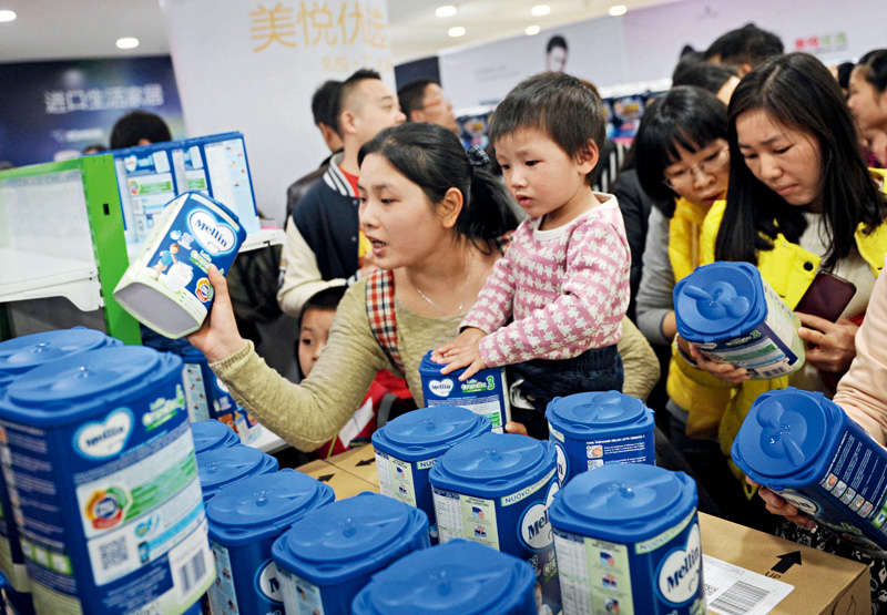 Customers scramble to buy imported baby formula from a store in the southern city of Guangzhou in January 2015. Photo: Visual China