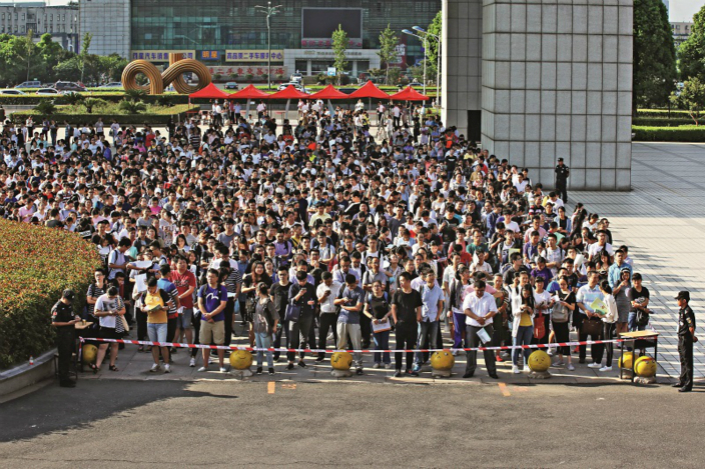 Students wait to take the national judicial entrance exam at Wujin Vocational Education Center in Changzhou, Jiangsu province, in September 2007. The most recent national judicial exam in 2017 had a record-high of 649,000 test-takers. Photo: Yang Yifan/Caixin