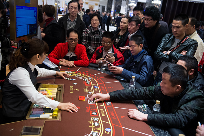 The China National Tourism Administration said Wednesday that tour guides could face fines of up to 20,000 yuan ($3,030) for altering tourists' itineraries without prior notification or forcing them to shop at designated stops during a tour. Above, Chinese mainland tourists gamble in a Macau casino. Photo: Visual China