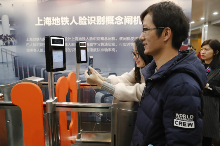A passenger tries out facial recognition technology as he walks through a turnstile at the Shanghai subway on Tuesday during a ceremony to mark a tie-up among Alibaba, Alipay-operator Ant Financial and Shanghai Shentong Metro Group, the city's subway operator. Photo: Visual China