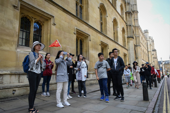 China Mobile said the addressable audience for its new MVNO service, called CMLink, could include 433,000 British-Chinese living in the UK and 82,000 Chinese citizens who are there studying on student visas.  Photo: Visual China