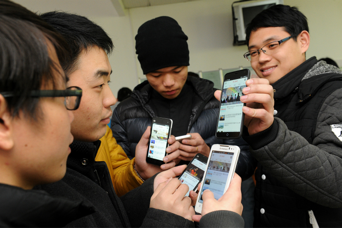 China's cyberspace watchdog on Friday temporarily suspended two popular mobile news apps, Toutiao and Phoenix News, for allegedly spreading pornographic content and operating without relevant licenses. Photo: IC
