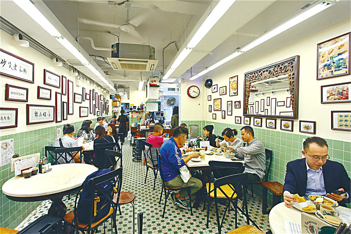 Diners eat at a popular Malaysian restaurant in Hong Kong. Ant Financial has bought a stake in restaurant review platform OpenRice to tap the city's restaurant market. Photo: Visual China