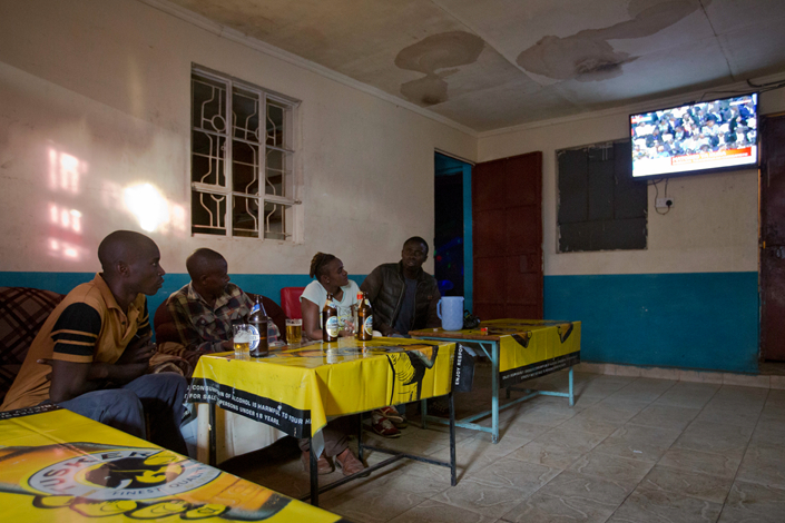 People watch a television broadcast of the results of presidential elections in Nairobi, Kenya, on Oct. 30. Kenya is one of 25 African nations where the Chinese government is attempting to help more locals access satellite TV. Photo: IC